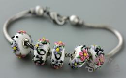 Бусины в стиле пандора белые с цветами 1 шт
